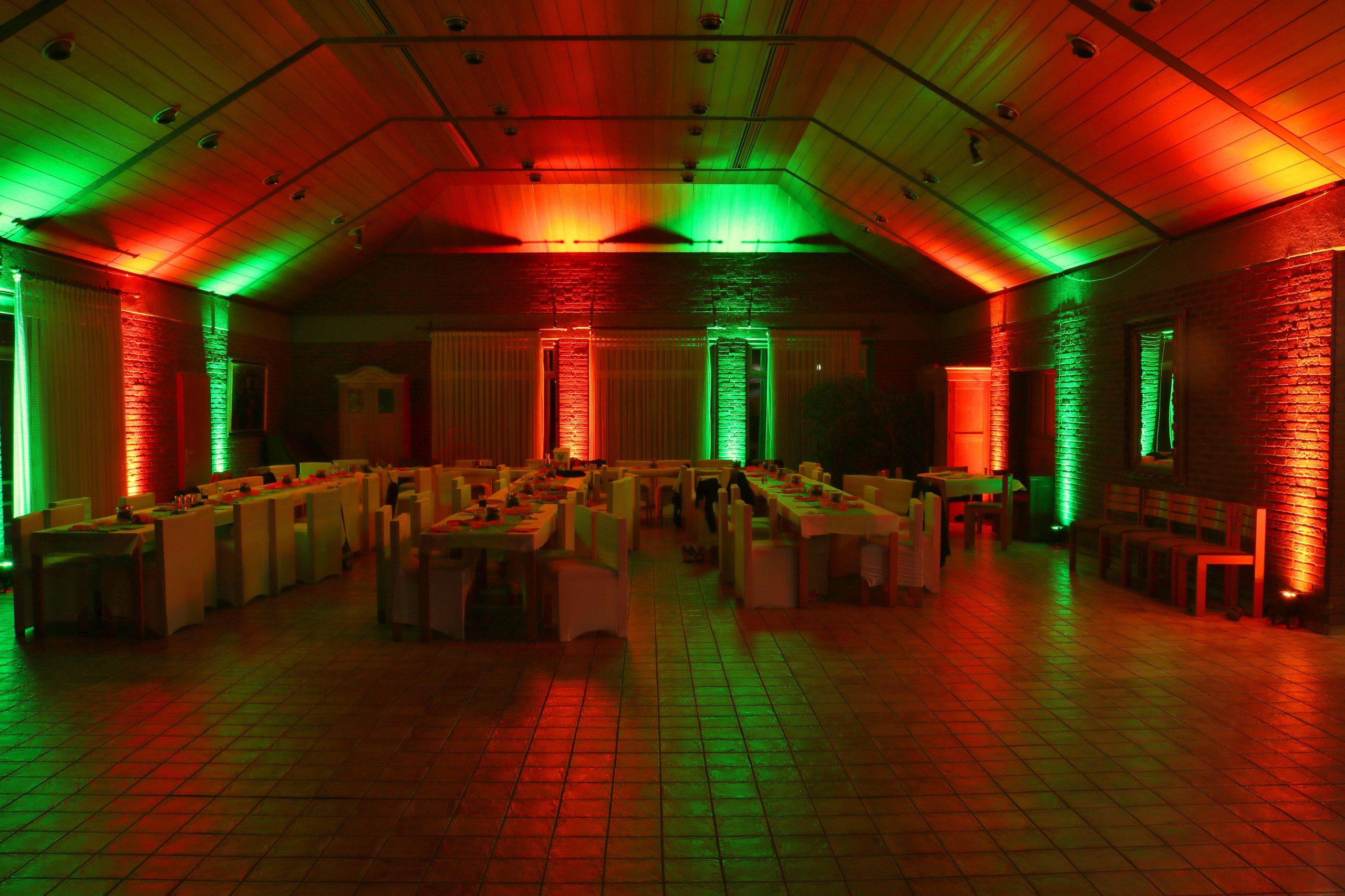 Beleuchtung einer Eventhalle für eine Hochzeit