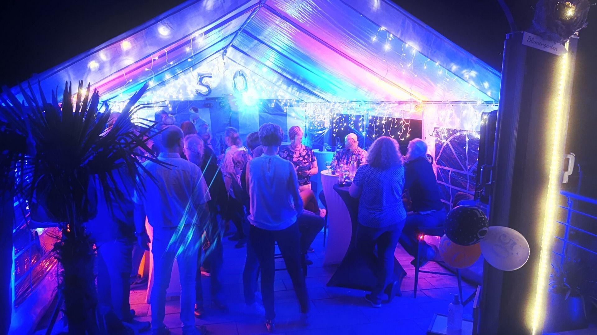 Beleuchtetes Zelt auf einem 50sten Geburtstag